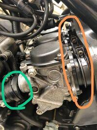 キャブとエンジンを繋ぐホースをインシュレーターといいますが、キャブとエアクリを繋ぐホースはなんと言いますか? (緑がインシュレーター、オレンジの部分の名称は?)