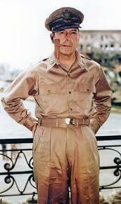 マッカーサー元帥が勲章を付けている写真を見た事がないのですが、何か理由はありますか? 東條英機大将なんかものすごく勲章をぶら下げていますよね。