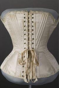 1700年代ヨーロッパの女性の下着ってどんなものだったのでしょうか? この時代のコルセットは腰からアンダーバストまでの幅ですよね?胸の部分はどうしていたのでしょうか。  それから夜寝る時もコルセットをつけていたのでしょうか?    写真:コルセット
