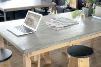 ダイニングテーブルの天板にモルタル天板を使用してDIYを考えています。 そこで考えている制作方法としていくつか候補があるのですが。皆様のお知恵をお貸ししてほしいです。  1 : パイン材などの木製天板にモル...