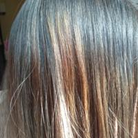 髪の毛を美容院で染めて1週間ほど経ちました ブリーチオンカラーをしてもらったのですが 1部だけ色落ちしてしまったので(写真)染め直しの予約をしました この場合料金は発生しますか?