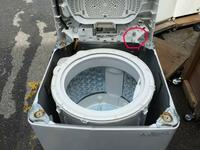 洗濯機を分解し掃除を行ったところ、途中で写真の赤丸部分の棒を折ってしまいました。 作動確認をするとエラーが表示され、蓋が閉まっていないと認識してしまっているようです。  なにか対処方法はあるのでしょ...