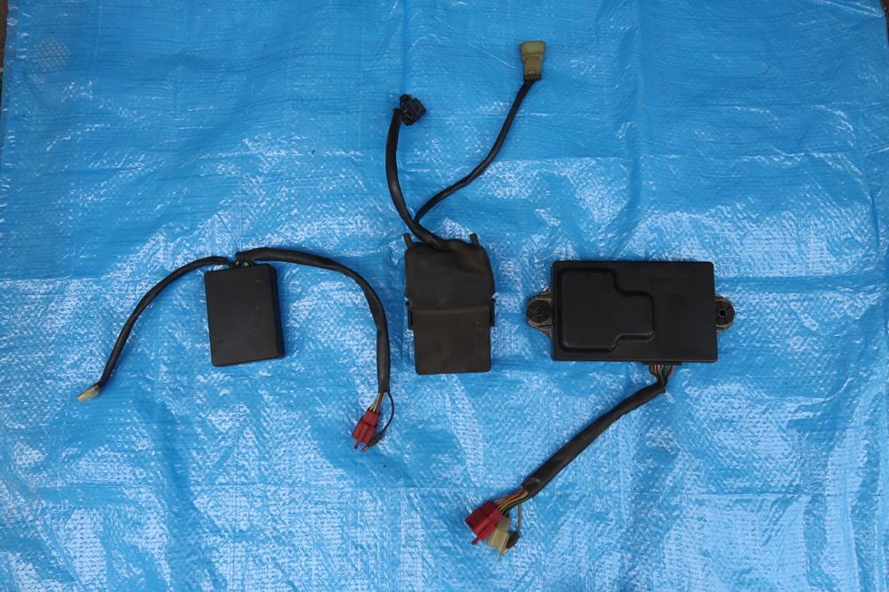 88NSR250R mc18の画像の上2つは何になりますか? 1個はrcバルブコントロールユニットだと思うのですがもう一つが分かりません。 分かる方がいましたら宜しくお願いします。