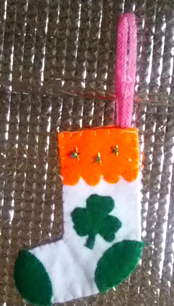 アイルランドに詳しいかた、教えてください。 アイルランドの国旗の色をイメージしてクリスマスの飾り物を作りました。 配色(色の順番)について、上のオレンジと、つまさき・かかとの緑は、逆のほうが良い...