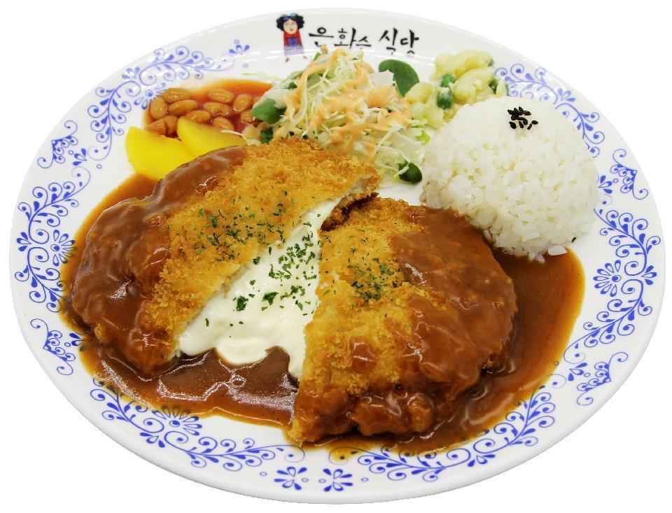 韓国が嫌いな方は来ないでください。 韓国について無知です。すみません。 韓国にもトンカツがあると知ったのですが、 https://noritter.com/2406 見た目はとても美味しそうです。 しかし、ご飯の量が少なく見えます。アメリカ人には受けそうに見えますが、日本人の私からすると、もっとご飯欲しい!と思ってしまいます。 韓国の方は、日本人ほどご飯を食べないのでしょうか? 肉多め、ご飯はちょっと添える程度、な感じですか? 上から2番目の、ヤクルトと一緒のトンカツはわりとご飯の量がありますが、それ以外は総じて少なく見えます。