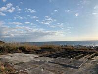 ドラマ「ビーチボーイズ」について質問です! 先日、千葉県館山市布良海岸に行ってきました!  そこでドラマ「ビーチボーイズ」に登場した〝民宿ダイヤモンドヘッド〟があった跡地を見たのですが、↓↓の写真の基礎...