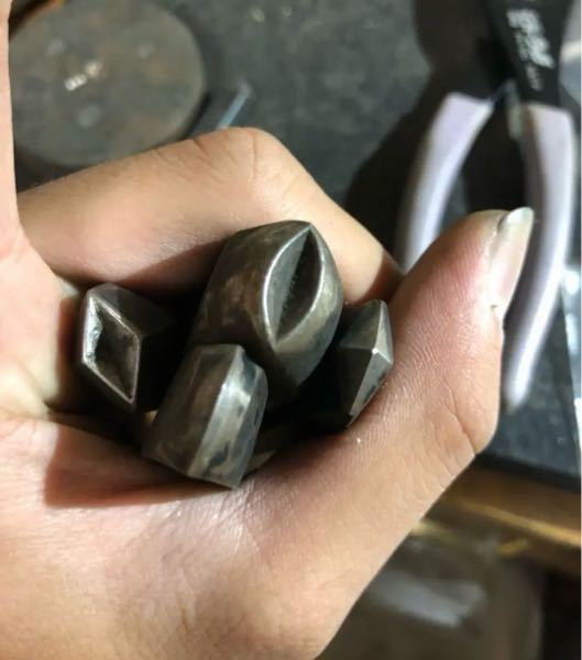 インディアンジュエリーを作るためのリポウズという技法を用いるときに使う工具です。 こちらを作る際のこの鉄の塊はどこで買うのでしょうか? わかる方教えてください。