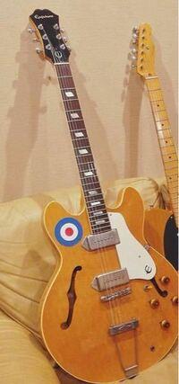 マカロニえんぴつのギターボーカルはっとりさんが使ってるギターについて教えてください。エピフォンのElitistというところまでは分かったのですが、同じ色で丸のターゲットマークのようなものもついたものが見つか りませんでした。   このギターはオーダーされたものなのでしょうか。 また、販売されてるようでしたら、サイトまたは販売店と価格を教えていただきたいです。