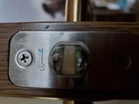 チューブラッチの交換 画像にあるラッチを交換したいのですがどこのメーカーかわかりますでしょうか。また、代替品があれば教えていただければ助かります。 バックセット51mm フロント長さ57mm フロント幅25mm ビスピッチ42mm 角芯8mm