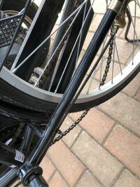 このように自転車のチェーンが外れてしまったのですが直し方を教えてください。 また、店に持って言って治す場合だとだいたいいくらくらいですか?