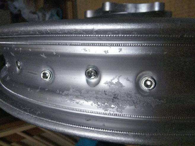 バイク(オフ車)のアルミリムの内側が 数ヶ所腐食?というか白錆みたくなりガサガサな状態なんですがこのまま放置せず なにか対象した方がいいですか?