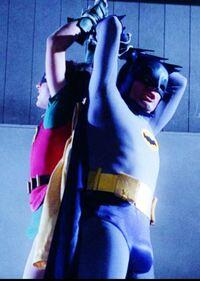 1966~1968年のテレビシリーズの「バットマン」を、覚えておられますか?? バットマンに扮しているアダム ウェストは、身長188cm、体重90kgです。