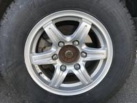 ハイエースのアルミホイールです。 195/80R15のタイヤを履いています。 このアルミホイールのメーカーと商品名が分かる方がいたら教えていただけないでしょうか? よろしくお願いします。
