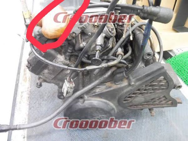 ns1のエンジンなんですが、丸で囲ってある部分は何て言う物ですか?オイル関係の物ですか?詳しい方よろしくお願いします。