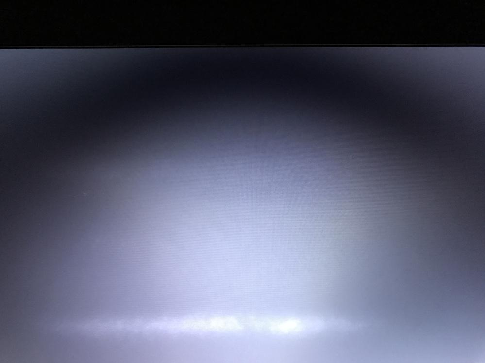 パソコン画面のにじみ?について。状態、原因、直し方を教えてください。 社用パソコンを支給されています。支給当初から写真下部のような白線、もしくはにじみのような症状があります。 作業に支障はありま...