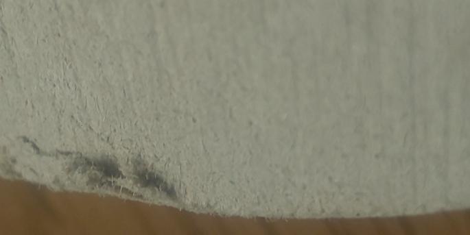 珪藻土のコースターを使用しているのですが、よく見ると端のほうがケバケバしていて繊維が見えます。まさかとは思うのですが石綿、アスベストの可能性はありますか?珪藻土の場合でも繊維があるのでしょうか、、、