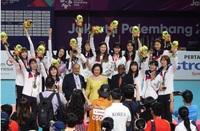 韓国女子バレーボール代表の双子姉妹が最近、過去のいじめ問題でバレーボール界から永久追放されたと報じられたようですが、 その2人は添付の写真に写っていますか?  何列目の左(右)から何人目、などというように...