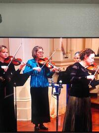 クラシック音楽のYouTubeを見ていたのですが、疑問があります。なぜこの人たちは弓のこんなに上を握っているのですか? 私がバイオリンの先生から習った持ち方と違います。