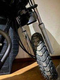 あれ?タイヤの方向って逆ですか? 納車し整備してもらった時に新品に 変えてもらったのですが、、