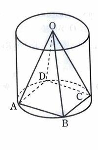底面の半径が2cm,高さが4cmの円柱に内接する正四角錐O-ABCDがある。このときの、(1) 正四角錐O-ABCDの底面積と表面積を教えてください。解答は、8cm²と32cm²となっています。