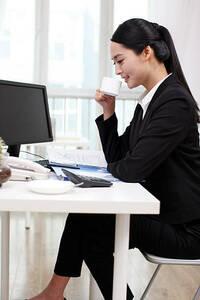 職場でこんな感じで座る人がいますが、 皆さんの許容範囲は以下のどれに当てはまりますか? A どんな場合でも職場で脚を組むのはNG B 休憩中はOKで仕事中に組むのはNG C デスクワーク中はOKだが対面中に組むのはN...