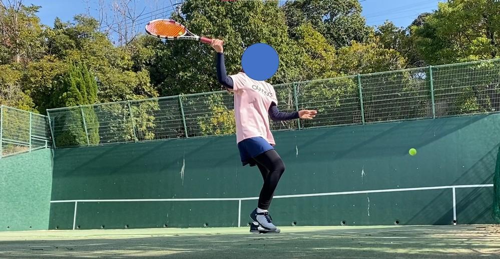 硬式テニスのストロークについてです。 壁打ちしたときに、自分のフォームの動画を撮っていたのですが、 テイクバックのラケット角度が とんでもないことに撮影して初めて気が付きました。 今まで特に打ちにくいと思ったことはなかったのですが、 こんな形で準備をとっている人をみたことなかったので 自分で自分にびっくりしてます。 質問は2点ございまして、 ①このようなフォームで起きる弊害はあるのでしょうか? (例えば、振り遅れる/ミスが増える/腕を痛める...等) ②このグリップの持ち方がウェスタンで合っていますか? テニス初心者なので、 ご教授いただけますと幸いです。 よろしくおねがいします。