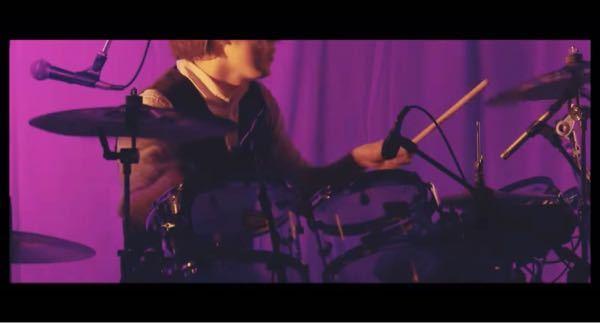 ちゃんみなさんの「ボイスメモ No.5」という曲のドラムの方(画像の方)誰なのかわかる方いませんか? YouTubeだと (https://youtu.be/OdAGgpsMKjM) の2:05...