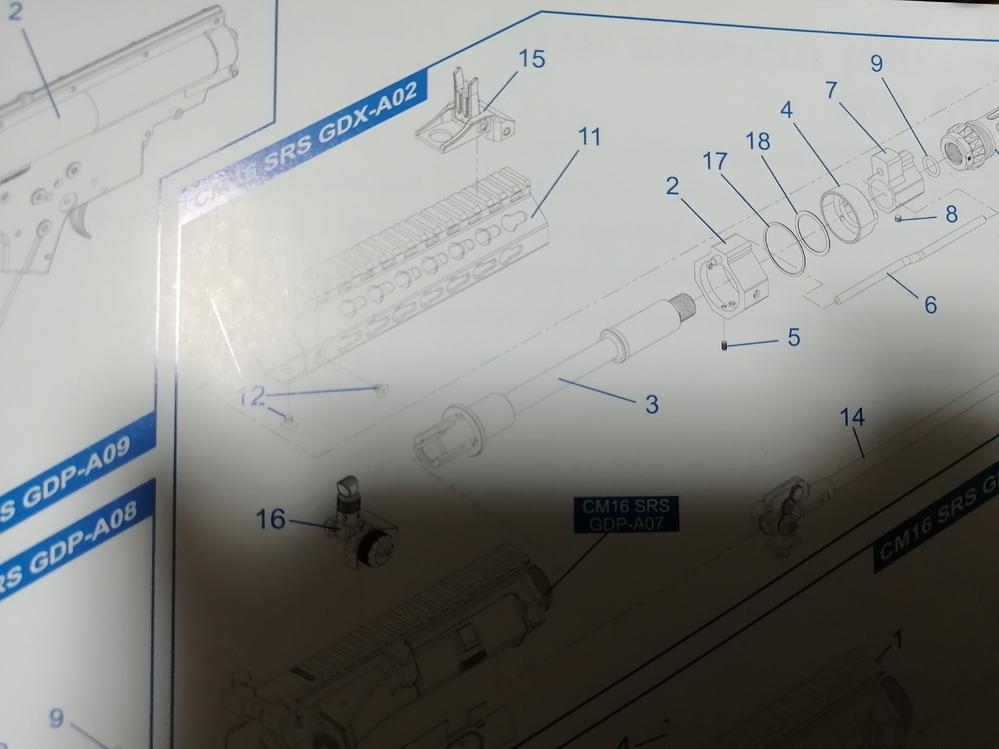 G&GのCM16 SRSのハンドガード交換に関して。 画像の2の部品が外れません。ハンドガードを外して、下部のイモネジを抜きましたが軽くぐらつくだけで全く外れる気配がありません。 これを...
