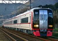 名鉄って豊橋~名古屋間をJRの新快速より速い50分程度で結んでますよね?  なんでこんなに速いですか? JR東海もJR西日本が脱線事故起こす前は 新快速が豊橋~名古屋間を47分とかで結んでいましたが、 今は全て50分以上かかってますよね。