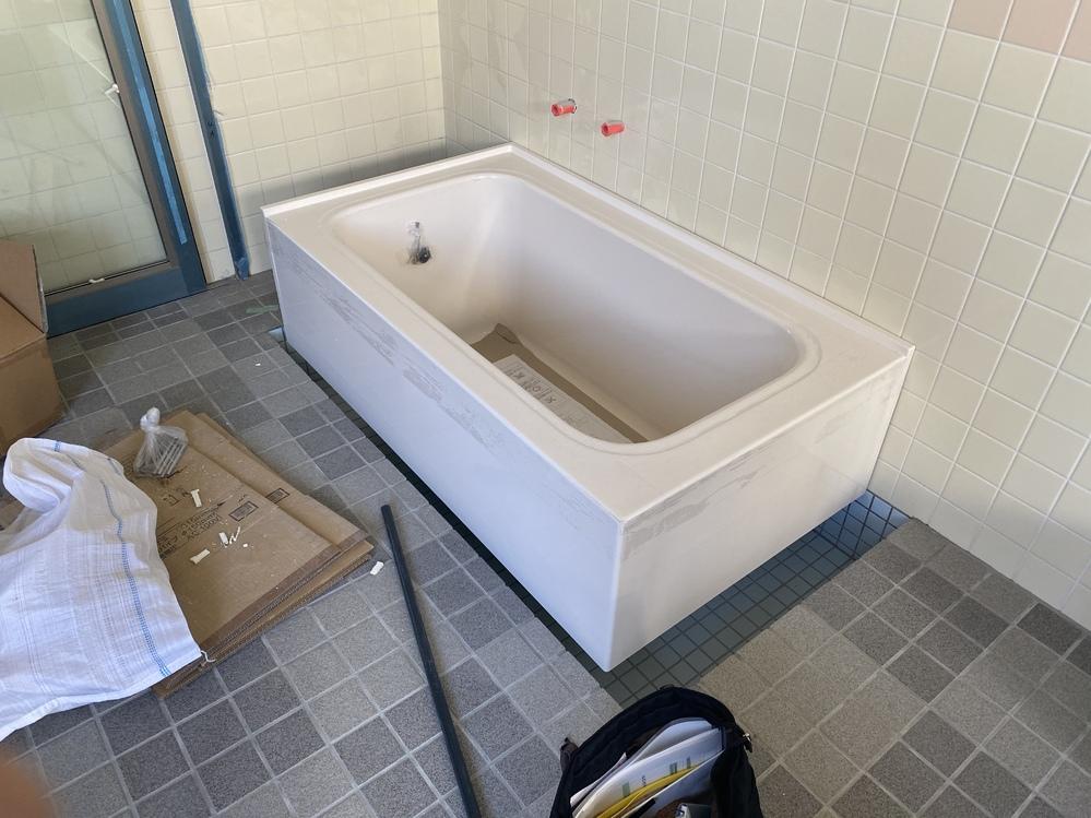 在来工法の浴室について質問です。 私は浴槽に取り付けて使用する機械のメーカーに勤めています。現在、新築物件にTOTOのポリバスと自社の製品を提案しているのですが、今まで自社製品が取り付けられる浴...