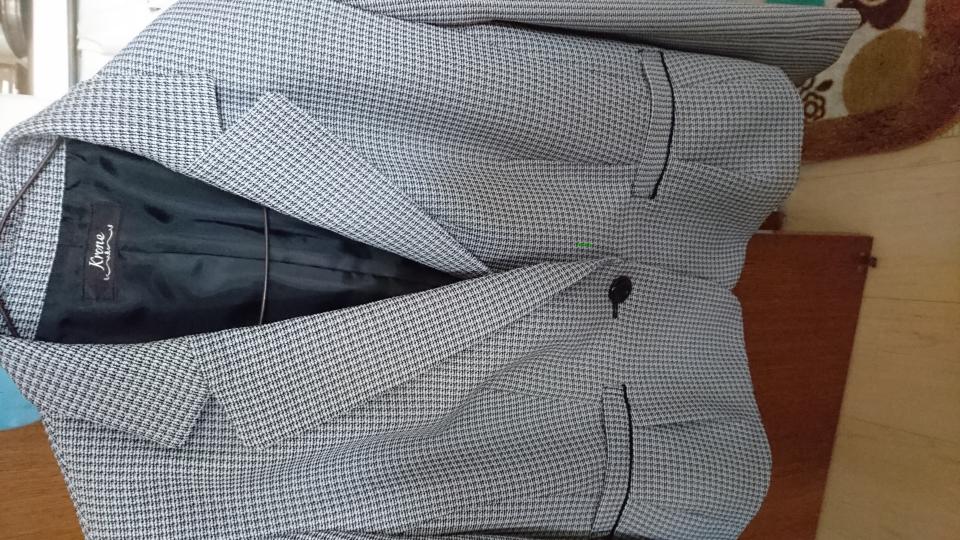 卒業式にこの色(白×黒のツイードっぽい)はおかしいでしょうか?入学式と兼用しようと思っています。