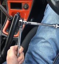 工具、車の整備全くのど素人なので質問させて頂きます。 車のシートをフルバケに変えたいのですが、緩める方に回してるはずなのですがナット?ネジ?が回せません。 使っている工具はソケットランチです。 間違っ...