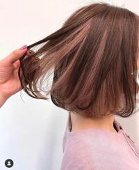 この髪色にしたいのですがインナーカラーのピンクは何回くらいブリーチしてると予想されますか? また、このインナーカラーのピンクをブリーチなしで入れるのは無理がありますか? 回答お待ちしております。