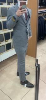 新大学生です。スーツを買いに来たのですが、 ぴったりめのスーツがいいなと思っていて選んでみたのですがぴったりすぎるということはなくいいかんじのぴったりかどうか教えていただきたいです! 大学生の方...