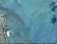 世紀の大発見?ミステリー?沖縄県 屋我地島 北東600メートルの海底に巨大な人工物がグーグルアースで見れます。ご意見よろしくお願いします。1辺100m近くの直角の城壁のような物。海底10メートルぐらい。 右...