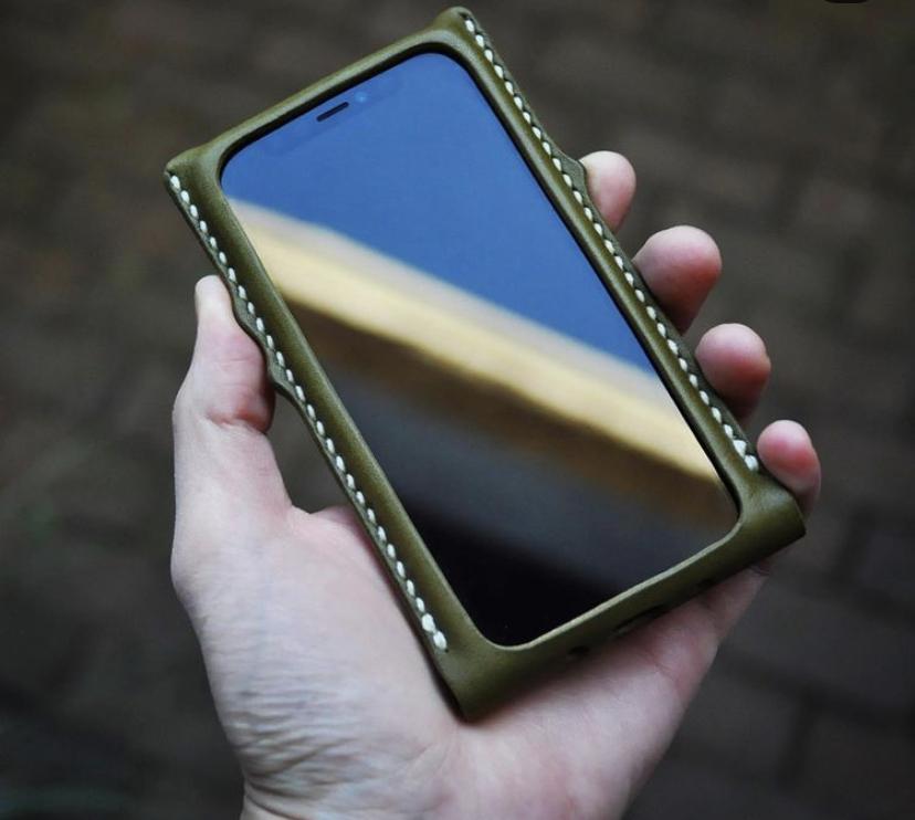 レザークラフトの型紙を探しています。 写真のように、ぴったりサイズのiPhoneケースの型紙を探しています。 (シェル型というのでしょうか…?) 私はiPhone11を使用しているので、iPh...