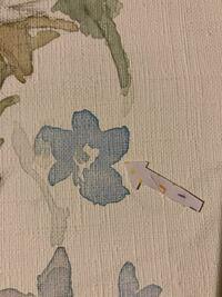 油絵具、アクリル兼用のキャンバスに、 水彩絵の具で描いている時絵の具が端による?みたいな感じになります。 これを防ぐ方法ってありますか?