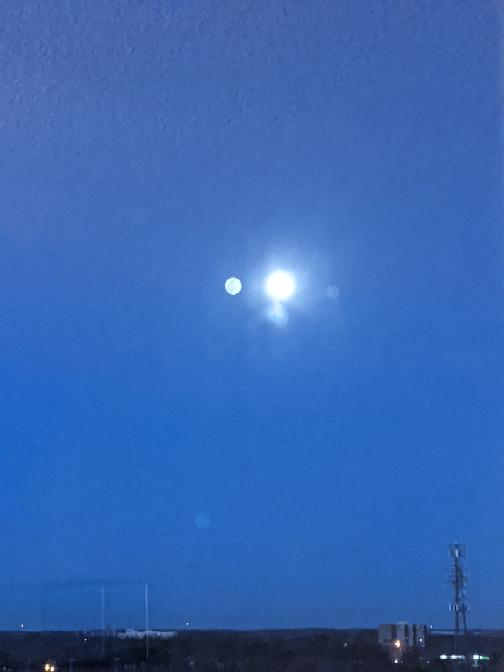 写真の月の左に写っている物体を教えて下さい。