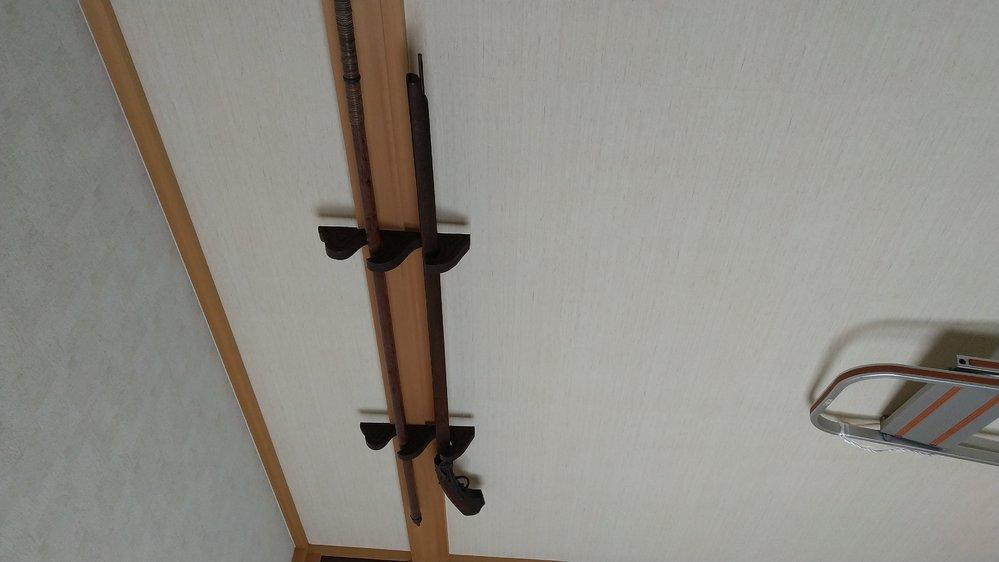 このように 和室の壁の上の方にある 出っ張りに引っ掛けるタイプの 刀掛けの名所を教えてください。