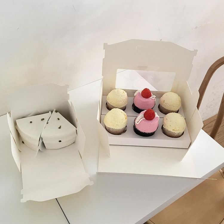 カップケーキを作りました。 下のようなカップケーキの箱に入れてプレゼントしたいのですが、カップケーキを支えている下の板?って百均に売ってますか?