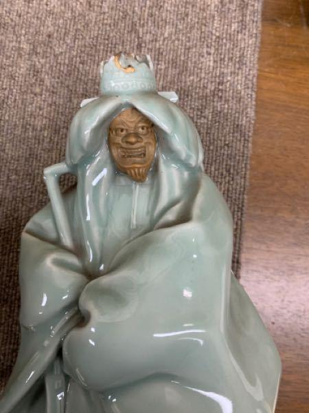 青磁の人形ですが、能人形でしょうか?石橋(しゃっきょう)のようにも思われます。詳しい方が居られましたらご教示のほどお願い申し上げます。
