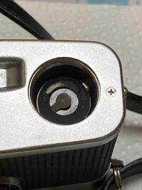 フィルムカメラ初心者です。フィルムカメラの露出計の電池を変えようと開けたんですが、白いものが付着していました。これは水銀が漏れているんでしょうか?漏れているんだとしたらどう清掃したら良いですか?