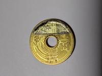 5円玉のエラーコインを見つけました。元は昭和の5円玉ですが端に銀色の2重印刷されてます。 しかもその銀色の部分の字体が昭和の物と違い古い字体なんです。 両面同じ部分に2重印刷されてます。 イタズラなのか...