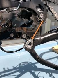 スルーアクスルのこのネジはゆるゆるでいいのでしょうか? ロードバイクを始めて4ヶ月経過の初心者です。バイクを上下逆さまにして後タイヤを外した時に写真のネジがゆるゆるでスルーアクスルを受ける部品がグラ...