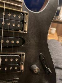 ギターの金属パーツが錆?ついてます。 ピックアップ収まってる枠みたいなやつです きれいにする方法ありますか? きれいにする方法ありますか?