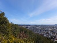 山の山頂付近から、富士山の方向を撮影しました。写真の地平線に恵那山が写っています。 岐阜県内の山の山頂付近などで、富士山が見える場所はないのでしょうか。