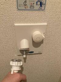 質問失礼します。 洗濯機の給水ホースの取り付けなのですが、下記の写真の場合別途取り付けパーツのようなものが必要でしょうか。 ねじを回してホースが取り付けられないため質問させていただきました。