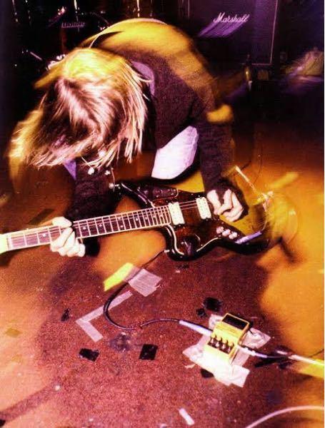 皆さんの好きなギタリストベスト5と、 良かったらそれぞれの好きな理由を教えてください! 因みに僕は 1 カートコバーン (コード進行が裏切りの連続) 2 ジョンフルシアンテ (弾いている姿がカ...