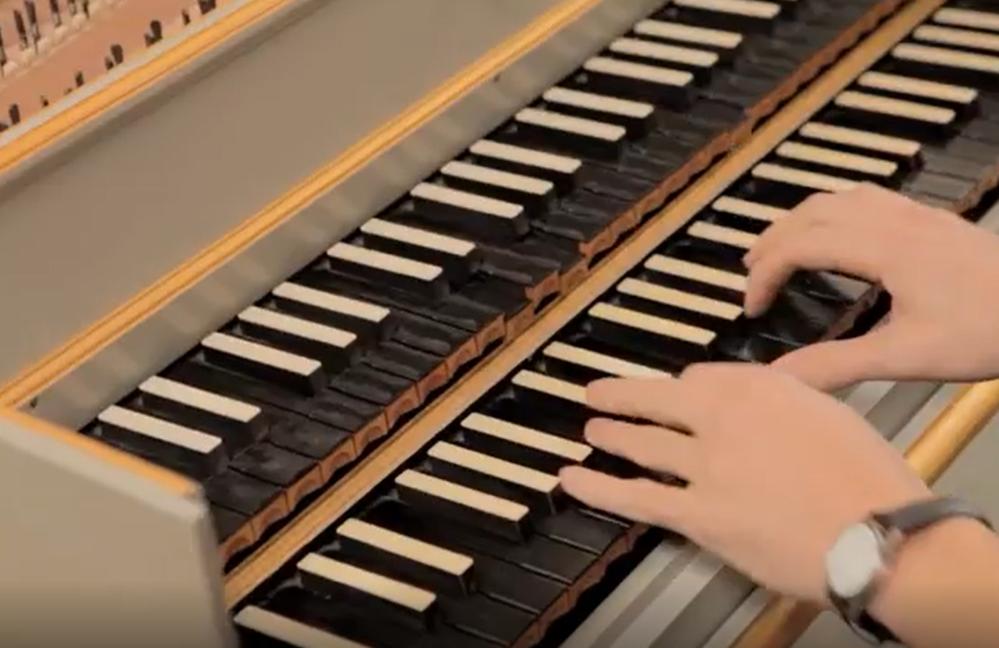 鍵盤について、 チェンバロの二段鍵盤ですが、 下のキーを弾けば、同時に上のキーも動きます。 これは、二段のどちらで弾いてもいいように なっている、ということですか?