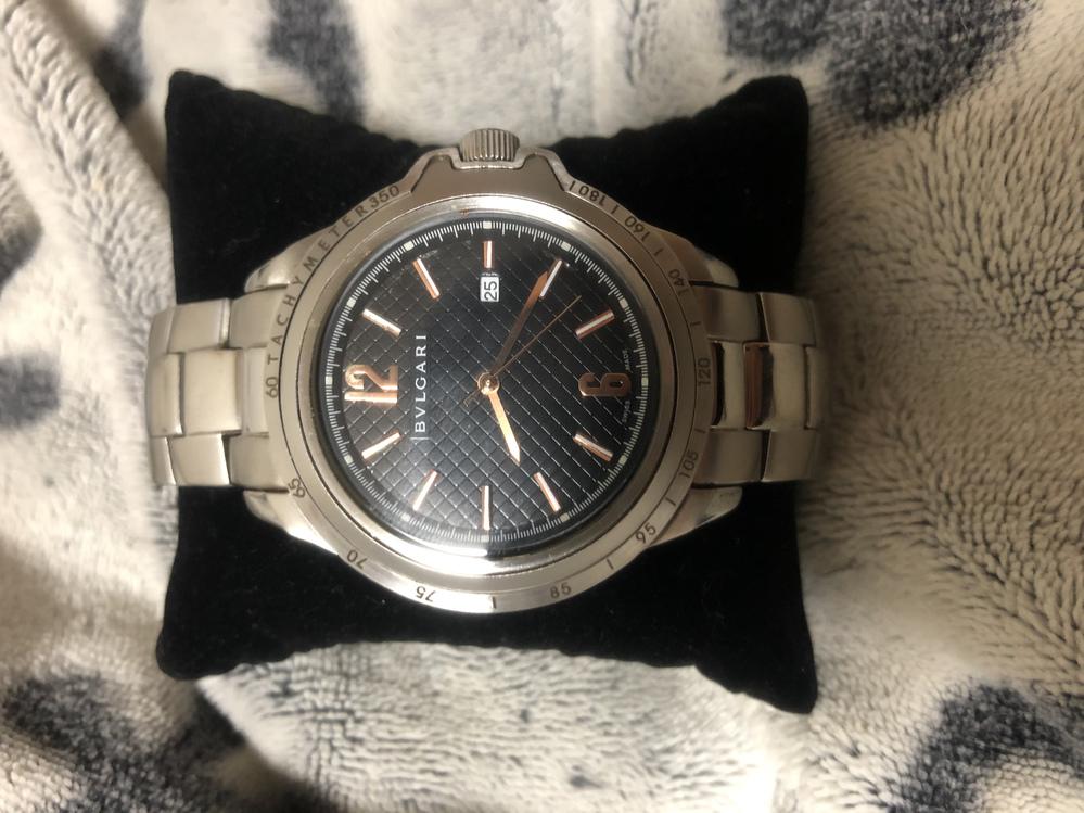 質問です。 実家の掃除をしていたらBVLGARIのロゴの入った時計が出てきました。 裏面には、BB 33 SS QUARTZと書いてあります。一応調べてみたものの出てこず、偽物なのかなと思ってい...